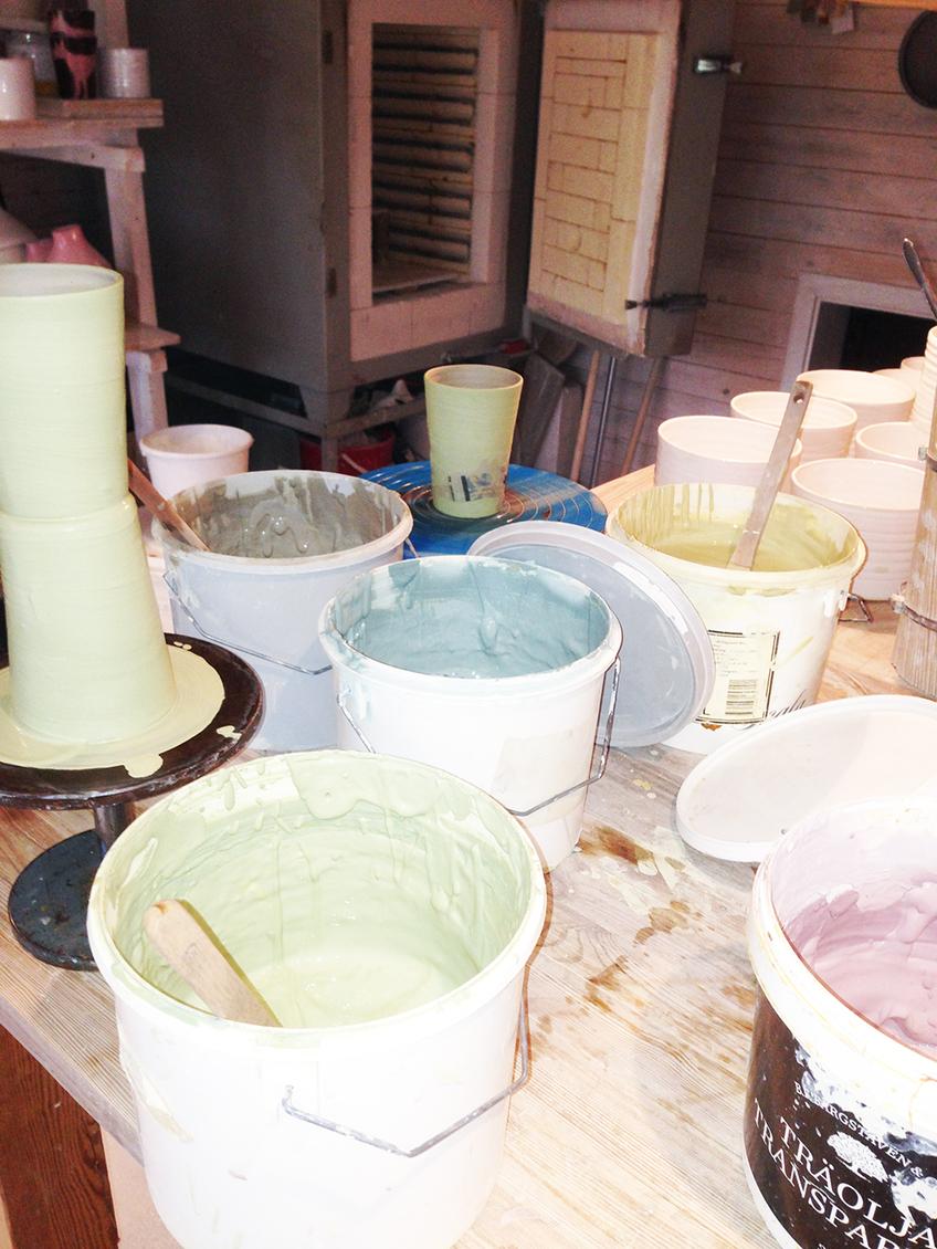 Engober. Infärgad lerslamma som målas på muggen i flera lager.