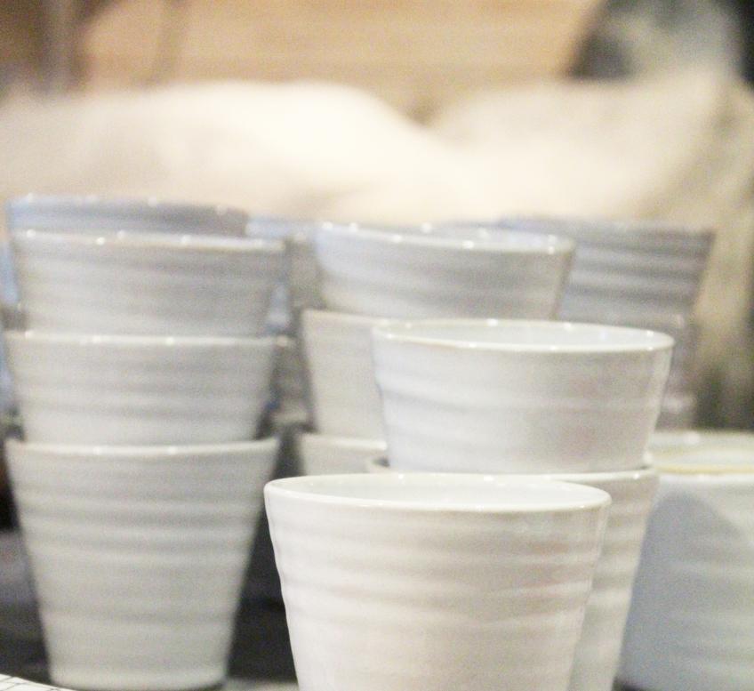 Tina-koppar i vit blank glasyr.