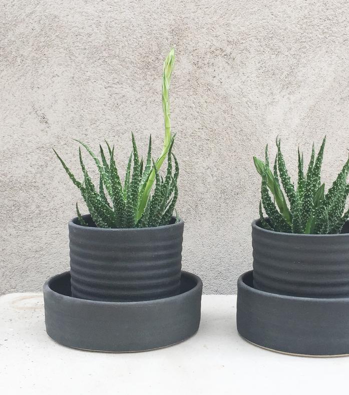 Herb pot in black.